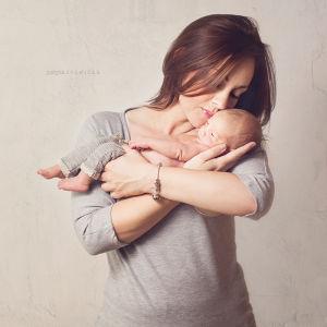 Sesja-noworodkowa-justyna-czowicka-fotograf-krakow-zdjecia-dzieci-sesja-ciazowa-fotograf-rodzinny-sesja-rodzinna-zdjecia-z -dzieckiem